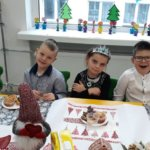 Dzieci przy stole w czasie wigilii