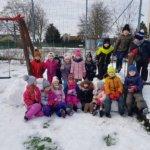 Rodzina bałwanków i śnieżna forteca