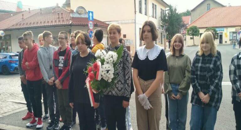 Uczniowie klasy 8 upamiętnili 82 rocznicę wybuchu II wojny światowej.