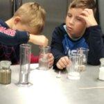 Dzieci skupiają się nad doświadczeniem
