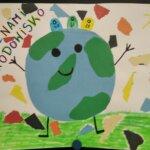 Plakat przedstawiający kulę ziemską i kosze na śmieci