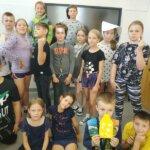Uczniowie świętują Dzień Kropki, dzieci przebrane w kropki