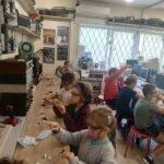 dzieci montują własne przetwornice używając śrubokręta