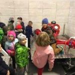 dzieci oglądające sprzęt do gaszenia pożarów
