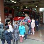 dzieci oglądające wozy strażackie