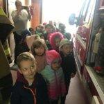 dzieci oglądające wyposażenie wozu strażackiego