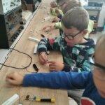 dzieci składają latarki