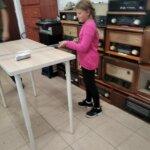 dziewczynka przeprowadza doswiadczenie z polem magnetycznym
