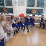 dziewczynki i chłopcy dmuchają balona gazem z butelki