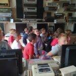 wizyta w Muzeum Elektroniki, uczniowie oglądają stare sprzęty elektroniczne
