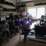 zadowolone dzieci pokazują efekty swojej pracy - latarki