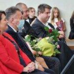 Pani dyrektor Alina Jachimczak i przybyli goście obserwują występy dzieci