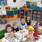Dzieci przy stole wigilijnym