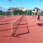 Dziewczyny i chłopcy grają w mini tenisa