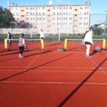 Dziewczyny wprowadzają piłkę do gry