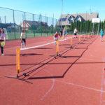 Młodzież gra w mini tenisa