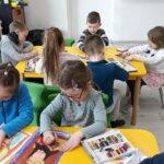 Przedszkolaki z grupy 0a starannie pracują nad pierwszym zadaniem