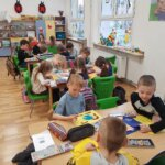 Przedszkolaki z oddziału 0b z dużym zaangażowaniem kolorują wybraną pracę.