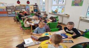 """Read more about the article Prace plastyczne pt. """" Kochamy naszą Ziemię"""" ."""