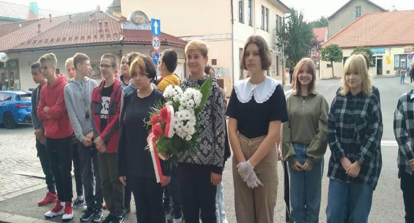 Read more about the article Uczniowie klasy 8 upamiętnili 82 rocznicę wybuchu II wojny światowej.
