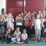 Dzień kropki w klasie 1a, dzieci w strojach z kropkami
