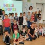 Obchody Dnia Kropki, dzieci przebrane w stroje z kropkami