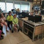 W Muzeum Elektroniki dzieci roziązują qiuz