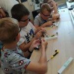 dzieci montują własne przetwornice używając kabli i śrubokręta