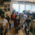 dzieci obserwują pokaz starych sprzętów elektronicznych