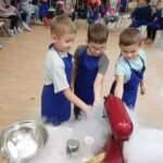 dzieci poznają tajniki zamrażania lodów
