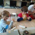 zajęcia praktyczne, dzieci montują własne latarki